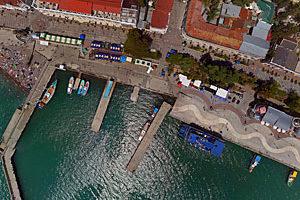 Съемка с дрона Аэрофотосъемка Крыма. Набережная Ялты с высоты птичьего полета